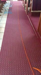 רצפה עם שטיחים בבית כנסת בזמן ניקוי מקצועי