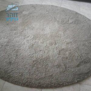 ניקוי שטיח שאגי אפור עם סיבים בינוניים