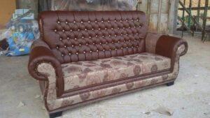 ספה תלת מושבית אחרי ריפוד מחדש עם תוספת למשענת גמישה