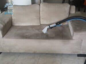 תהליך ניקוי ספה תלת מושבית בשכונת ארלוזורוב בגבעתיים