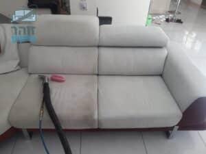 אמצע ניקוי הספה מבד סינטטי