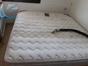 במהלך ניקוי של מזרן זוגי בחדר שינה