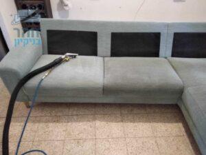 ספה פינתית בתהליך ניקיון בשכונת גורדון בתל אביב