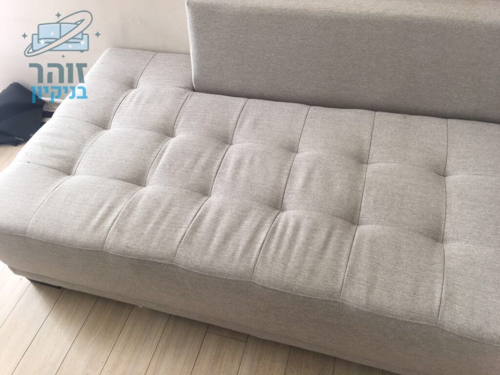 ניקוי כתמי דם בספה תלת מושבית בצבע אפור בהיר