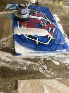 ביצוע ניקוי שטיח של חדר ילדים עם כתמים של שתיה ודבק בדירה במרכז העיר בראשון לציון