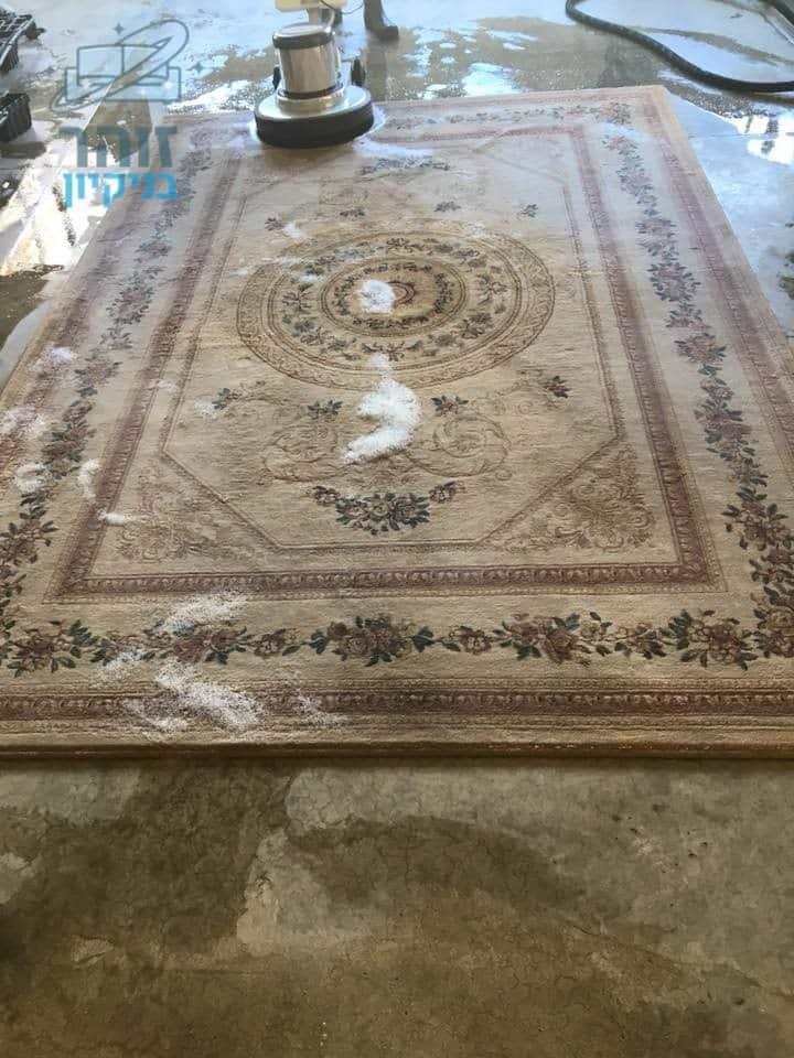 ניקוי מאסיבי לשטיח עם כתמים קשים להסרה כולל קירצוף עם ניחוח נעים ומרענן בדירת סטודנטים במרכז תל אביב