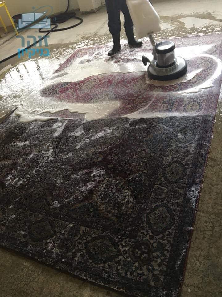 ניקוי שטיח פרסי מלוכלך עם המון אבק ולכלוך מנעליים