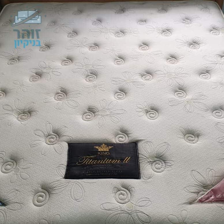 ניקוי מזרון זוגי מקרדיט האבק וכתמים של קפה ושתן בחדרי אירוח בחיפה