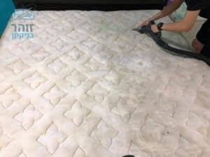 ביצוע ניקוי מיזרון עם כתמים עמוקים של שתן ביחידת דיור בגבעתיים