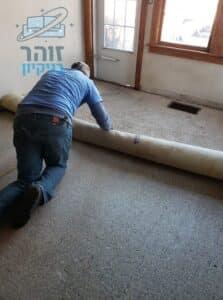 הסרת שטיח מקיר לקיר בחדר בדירה