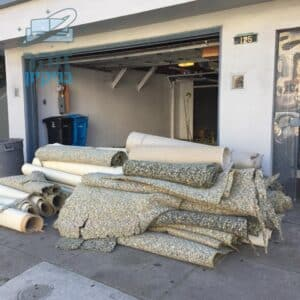 שטיחים מקיר לקיר מפורקים אחרי גירוד מהרצפה כולל פוליש להסרת הדבקים