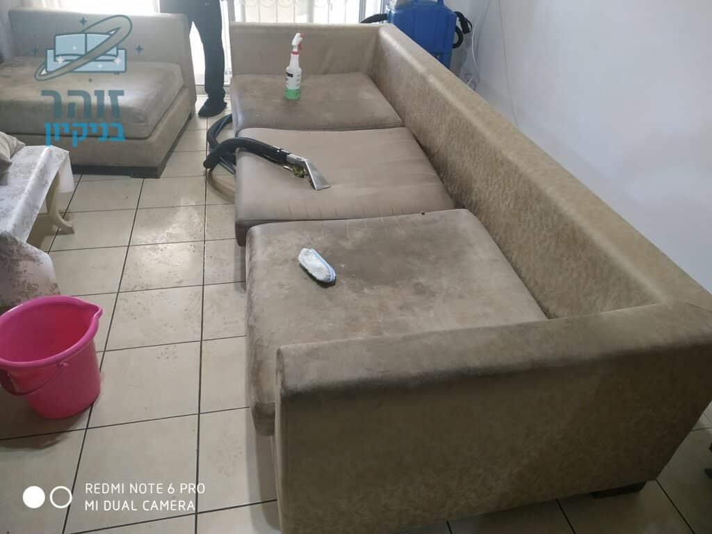 ביצוע ניקוי ספה מבד אימפלה לאחר כתמים של קפה ושתן של ילדים עם ריח חריף בדירה בשכונת גני אילן בקרית אונו