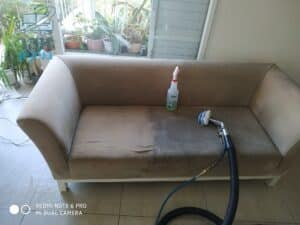 ביצוע ניקוי ספה מבד זמש מכתמי זיעה ושתיה בדירה בשכונת שאול המלך בקרית אונו