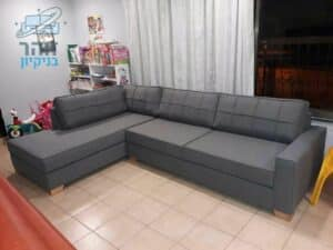 ספה מבד סינטטי לאחר ניקוי מאסיבי מכתמים של קפה ושתן בדירה בשכונת נאות רבין ביבנה