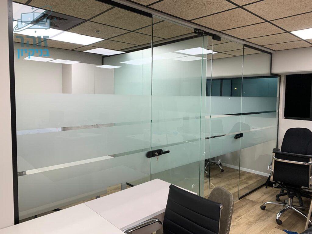 ניקוי משרד בבני ברק עם 8 חדרים לובי ומטבחון כולל חדרי שירותים